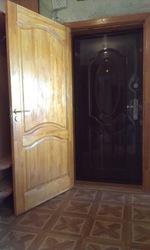Деревянная фабричная дверь б/у,  массив сосна,  как новая